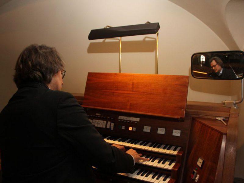 Bild von Helmut Deutsch an der Orgel Stuttgart-Gaisburg